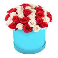 Red and white roses in a box - flowers and bouquets on roza.pl.ua